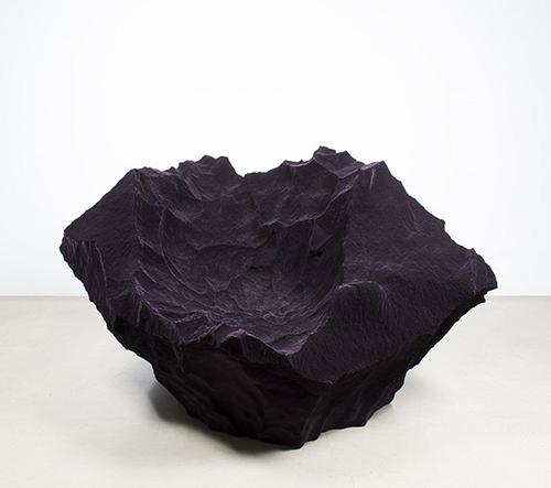 Studio Fredrikson Stallard navrhlo surové sezení inspirované skálami