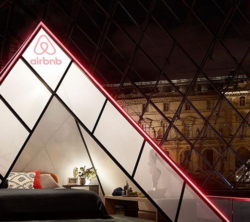 Airbnb vytvořilo v pyramidě v Louvre pokoj a nechává soutěžit o přespání