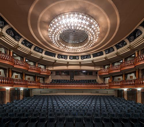 Maďarský fotograf Zsolt Hlinka zachytil dokonalou symetrii divadel v Budapešti