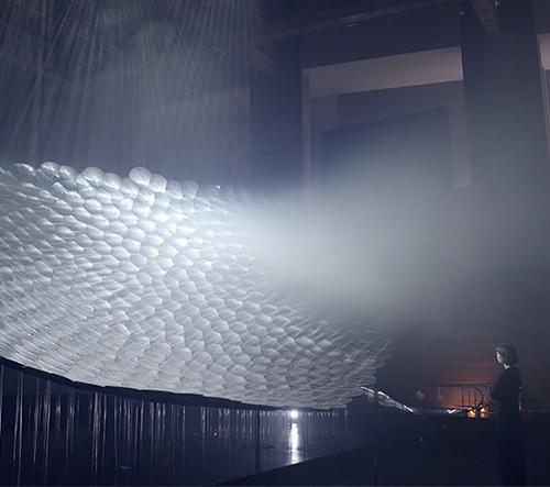 Pole projektorů a zrcadel vytváří objemové kresby ve vzduchu