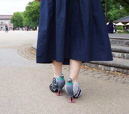Japonská designerka navrhuje boty ve tvaru holubů