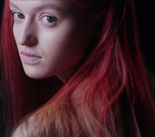 Měnící se barva na vlasy, která reaguje na teplotu okolí