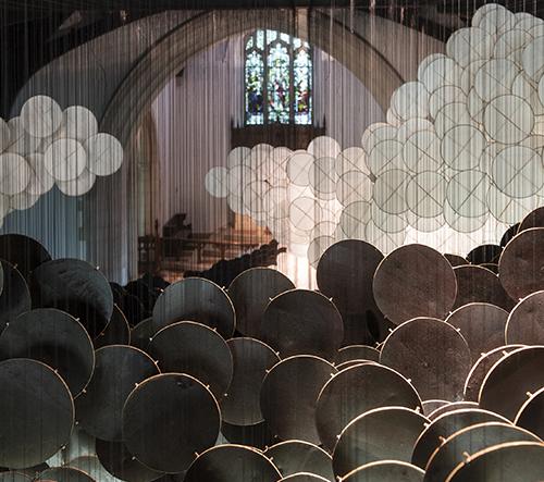 Jacob Hashimoto proměnil kaplnku v New Yorku v pomíjivou pohádkovou krajinu