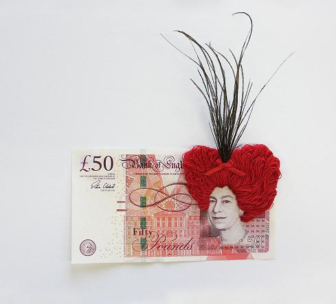 Umělkyně Noora Schroderus vyšívá do bankovek účesy pohádkových postav a upozorňuje na opozita v společnosti