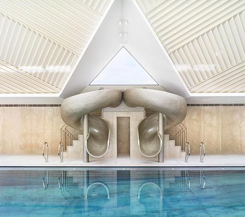 Architekt Rafael de Cárdenas navrhl pro vilu na britském venkově dechberoucí bazén se skulpturální skluzavkou
