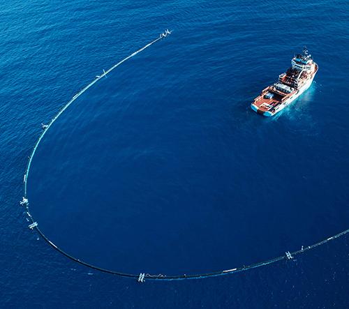 Ocean Cleanup začal čistit moře od odpadků speciálně vyvinutým systémem 001