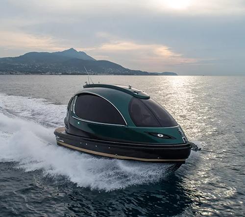 Na míru vyrobený motorový člun Royal Jet Capsule nabízí luxusní zážitky na vodě