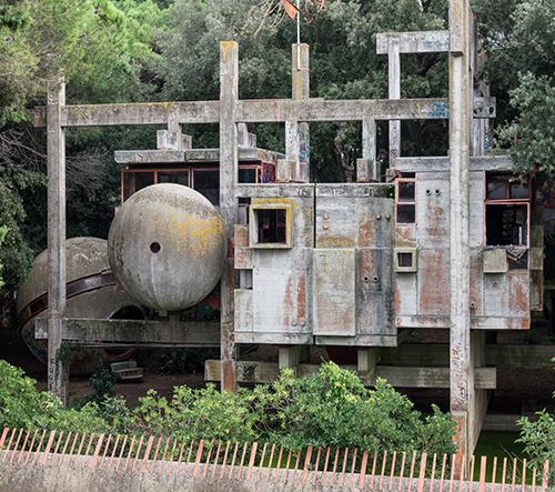 Casa Sperimentale je italský betonový brutalistní experiment v korunách stromů ze 60. let