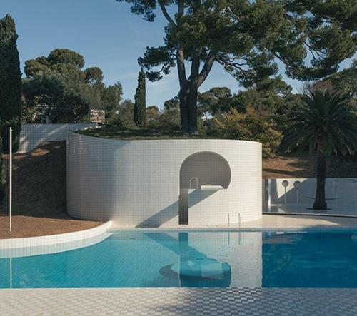 Modernistický bazén na francouzských pahorcích je geometrické mistrovské dílo