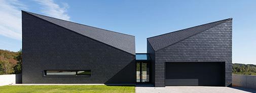Polské studio Rs+Robert Skitek navrhlo ve vesničce Krostoszowice temnou kubistickou vilu