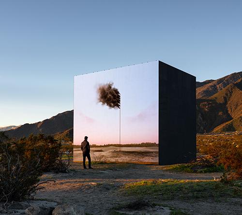 John Gerrard vytvořil v kalifornské pustině projekci vlajky z kouře jako varování