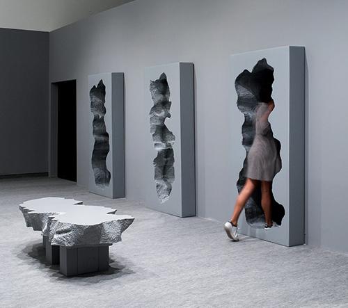 Studio Snarkitecture navrhlo pro výstavu v Izraeli instalaci s dírami ve zdi symbolizující přechod mezi dvěma světy