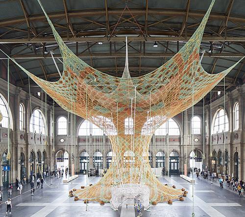 Ernesto Neto vytvořil na nádraží v Curychu 20metrový ručně pletený strom
