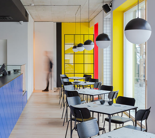 Studio AIAI architects navrhlo v Litvě restauraci inspirovanou Mondrianem a Bauhausem