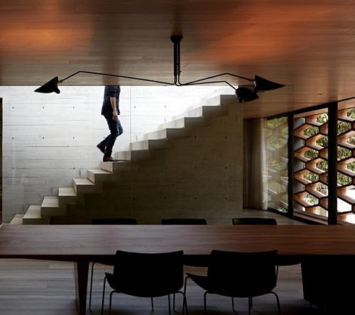 Felipe Assadi a Francisca Pulido navrhli betonový dům ve tvaru písmena H