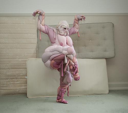 Daisy Collingridge navrhuje amorfní pastelové modely inspirované lidskou anatomií