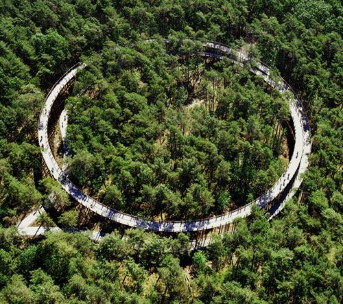 Belgie otevřela cyklistickou stezku se spirálou v korunách stromů