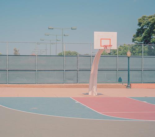 Vintage basketbalové hřiště v Kalifornii hraje pastelovými barvami