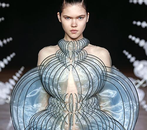 Iris van Herpen navrhla módní kolekci Sensory Seas inspirovanou smysly