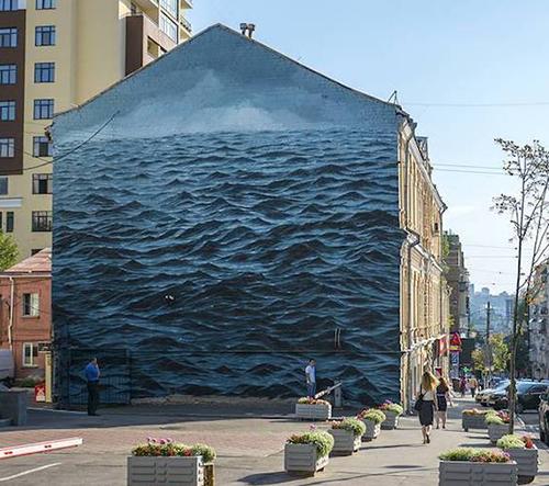 Umělec ozdobil fasídu třípodlažního domu mořem
