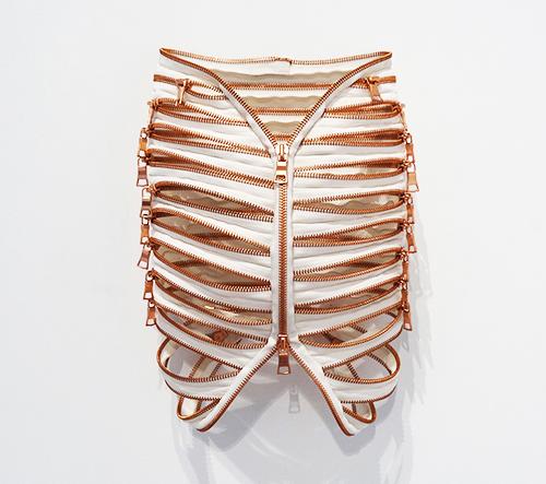 Élodie Antoine vytváří umělecké objekty z textilií inspirované anatomií lidského těla