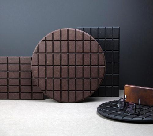 České studio LLEV navrhlo podložky Chocco s designem hořké a mléčné čokolády