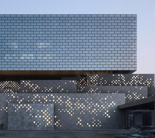Ole Scheeren postavil v Pekingu z děrovaných kvádrů Guardian Art Center