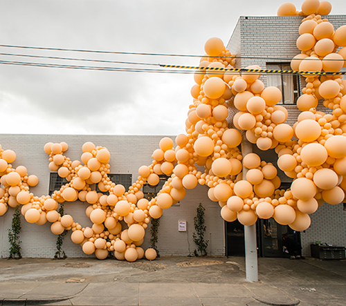 Melbourne obživl nečekanou radostí v podobě 7 000 eko balónů