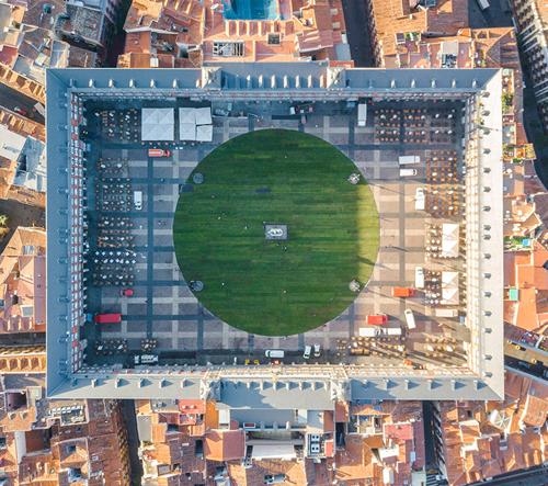 Naměstí v Madridu se změnilo na dočasnou travnatou plochu
