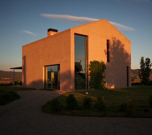 Piero Lissoni ukazuje svůj osamělý rodinný dům v italském Toskánsku