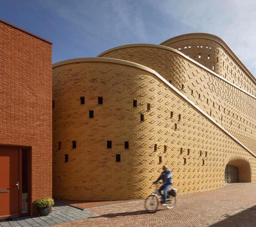 Nizozemské město Zwolle si postavilo parkovací dům jako hrad z písku