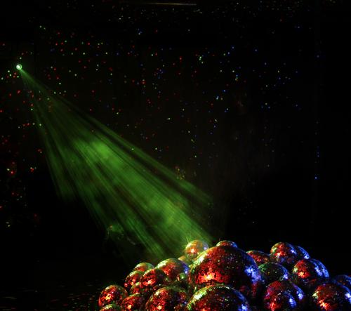 Co se stane, když do místnosti dáte 50 disko koulí a zažnete světlo?