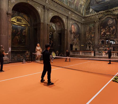 V italském románském kostele ze 16. století vznikl tenisový kurt