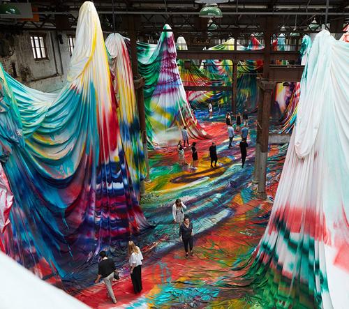 Katharina Grosse vytvořila barevné bludiště ve skladu