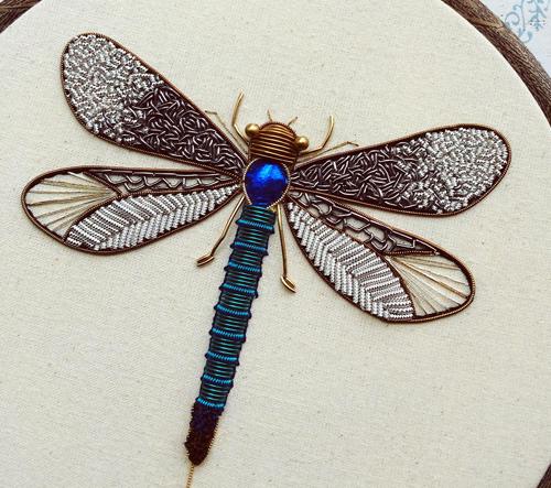Humayrah Bint Altaf tvoří metalické výšivky hmyzu