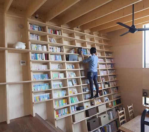 Tenhle japonský domov je navržený kolem knihovny odolné vůči zemětřesení
