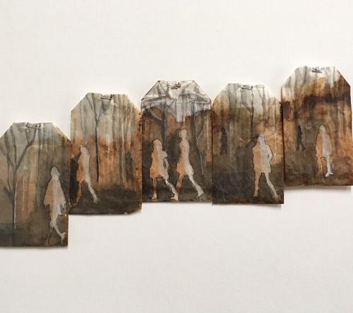 Ruby Silvious a jeho miniaturní malby na čajových sáčcích