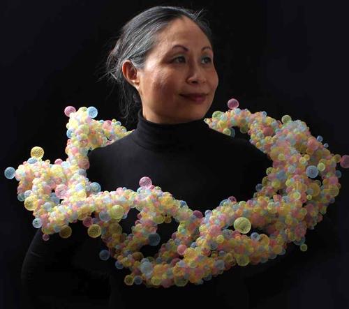 Nora Fok se ve své kolekci šperků inspiruje přírodou a vědou