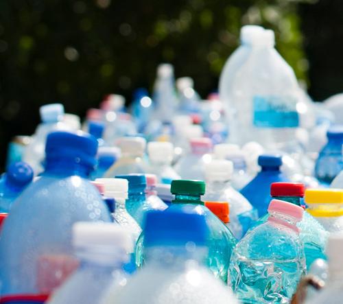 Studie odhalují, že 90% balené vody obsahuje mikroplast