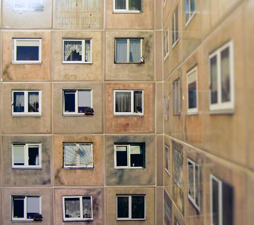 Kachličky staré toalety zdobí realistické fotografie místních paneláků