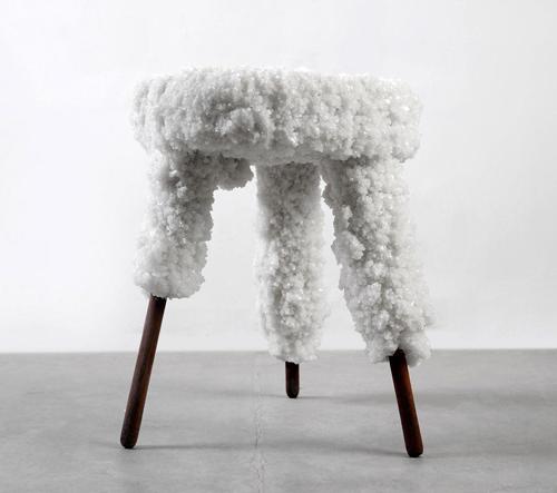 Erez Nevi Pana vytvořil kolekci stoliček ze dřeva a soli z Mrtvého moře
