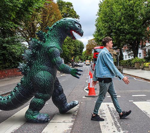 Tenhle muž koupil obrovskou plastovou Godzilu a teď všude společně cestují