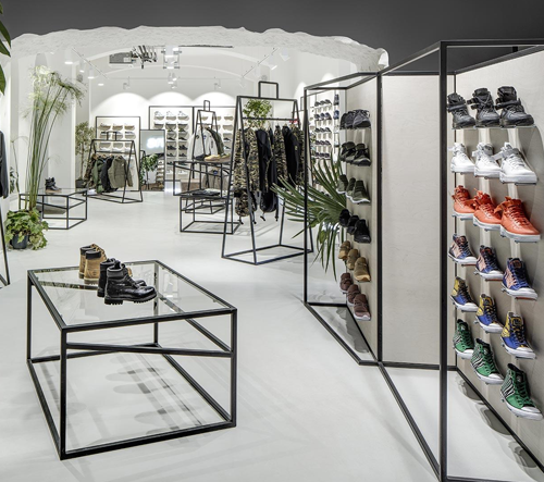 Streetwearový obchod Queens má nový interiér se stojany ve tvaru velkých tašek