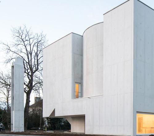 Álvaro Siza navrhl bílý betonový modernistický kostel