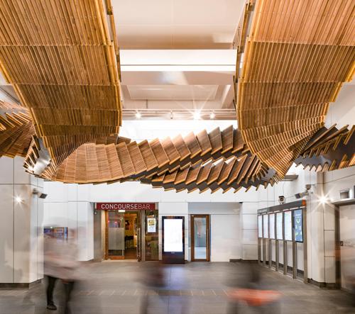 Chris Fox vytvořil dřevěnou sochu pro austrálské metro