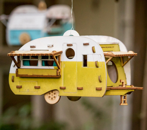 Marcus Williams a Sj Stone vytváři domky pro ptáky ve tvaru obytných přívěsů
