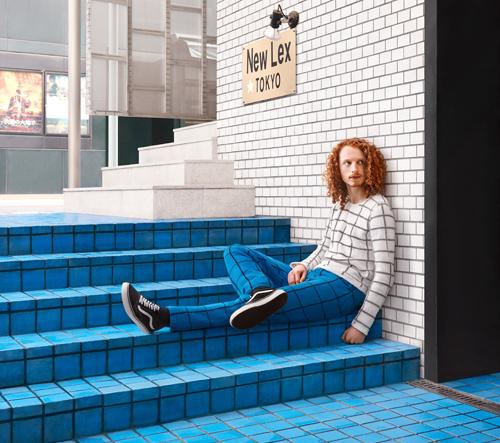 Vlastnoručně pletené svetry míchají lidi do městských prostředí