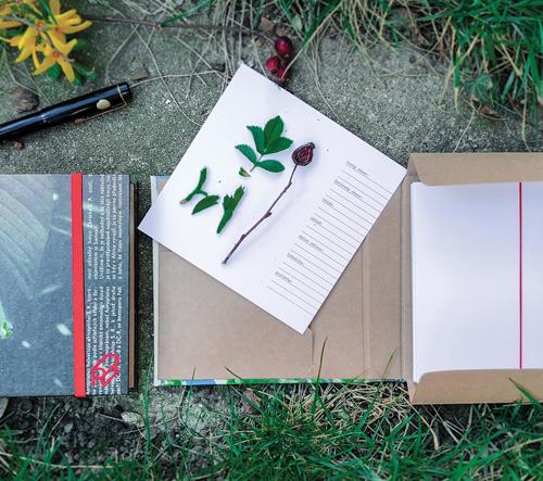 Český projekt Reformát vyrábí herbáře a batohy ze starého papíru