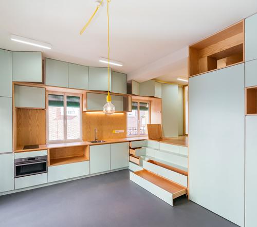 Miniaturní madridský byt dostal svěží barvy a modulární nábytek