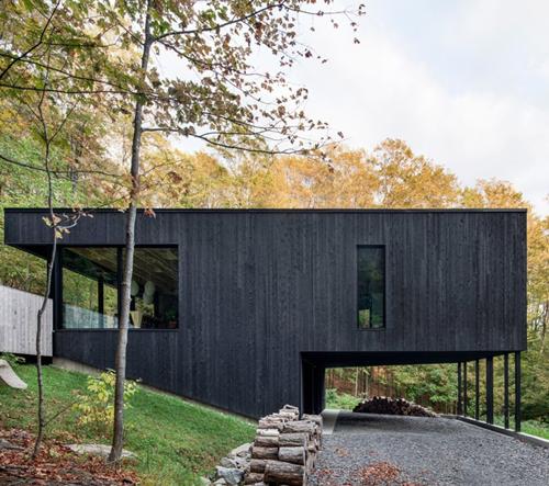 Tento dům, navržen firmou Atelier Général, dokonale zapadá do okolitého prostředí